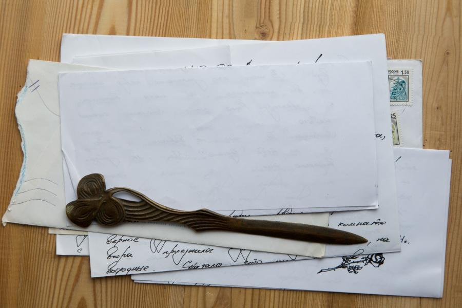 Stak af gamle breve og papirer på et bord