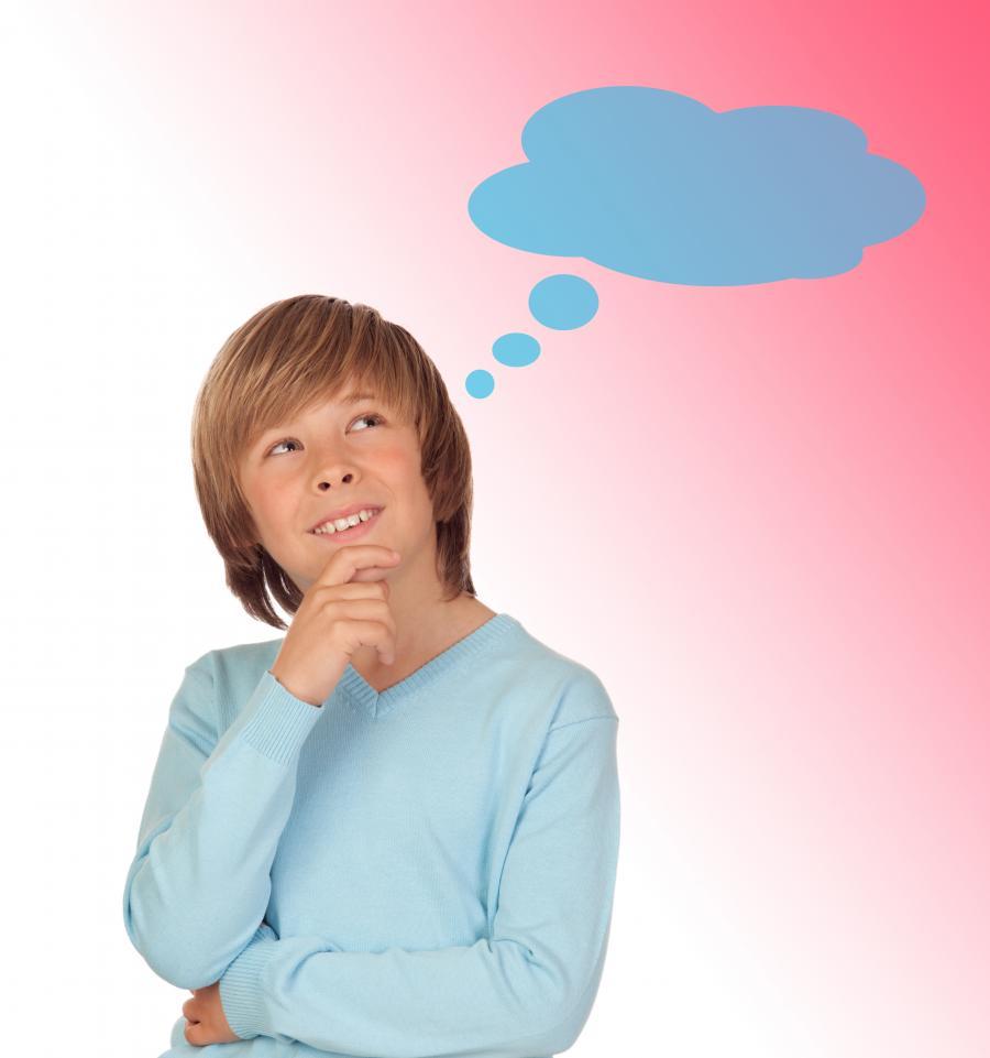 Dreng på lyserød baggrund med en tænkebobbel over hovedet