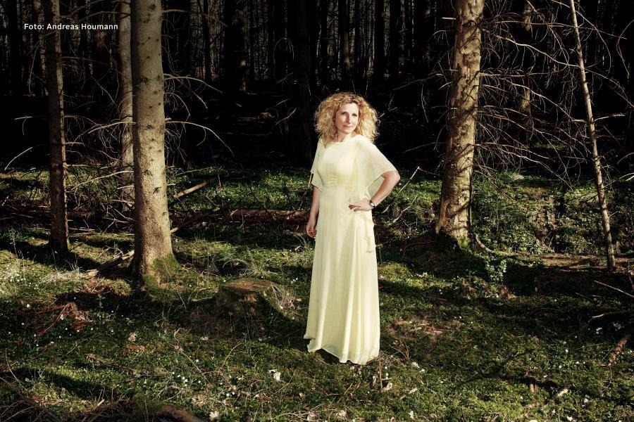 Foto af Dy Plambeck i en skov