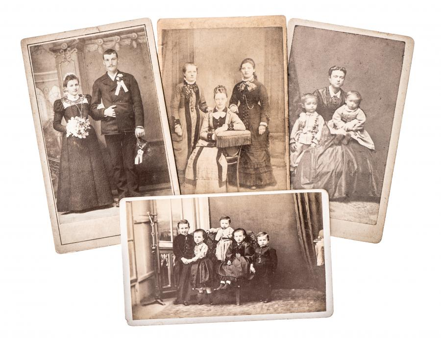 Gamle fotografier af flere familier