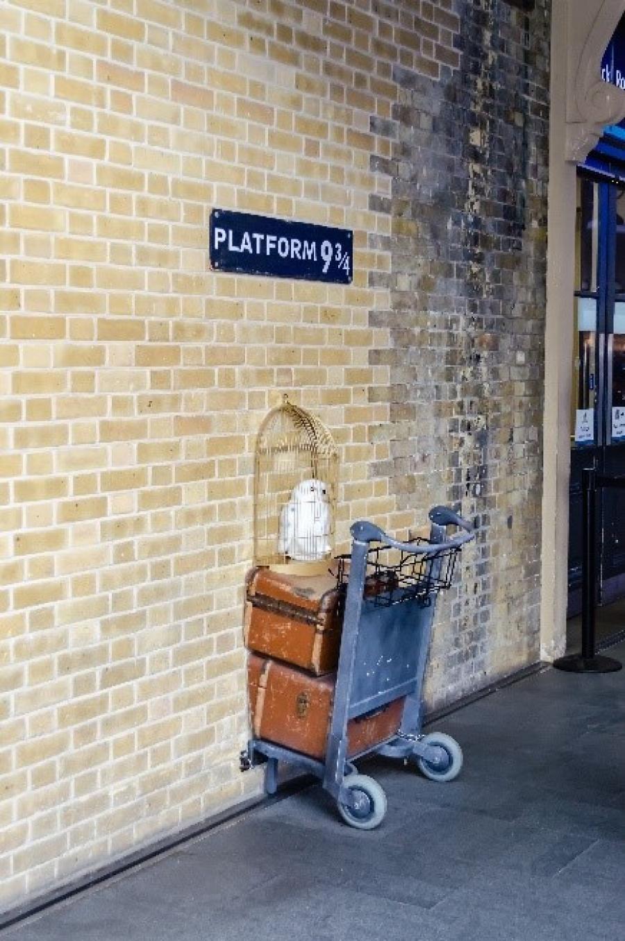 Harry Potters bagagevogn der er klemt halvt inde i væggen på perronen
