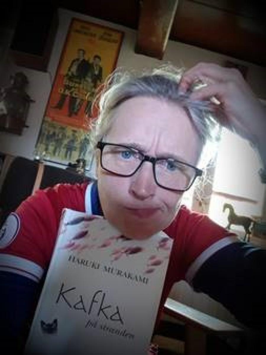 Bibliotekar Helene Southern viser bogforsiden til Kafka på Stranden