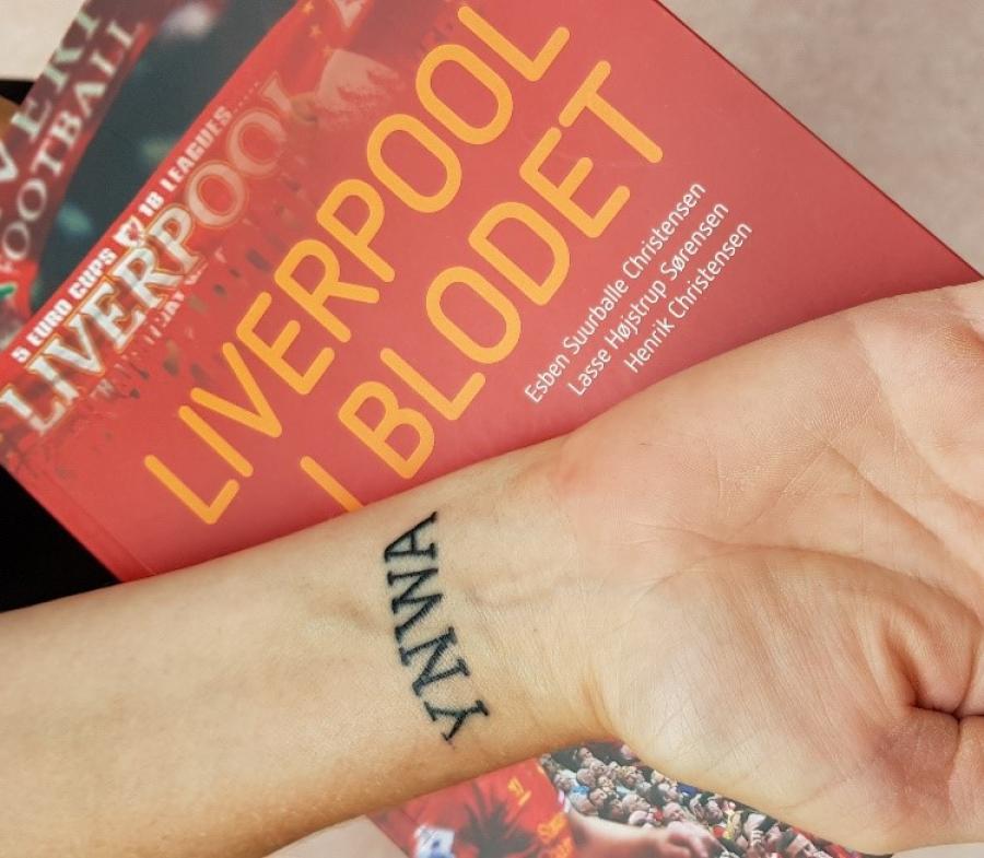 Foto af en tatovering med bogstaverne YWNA og forside af bogen Read or dead af David Peace