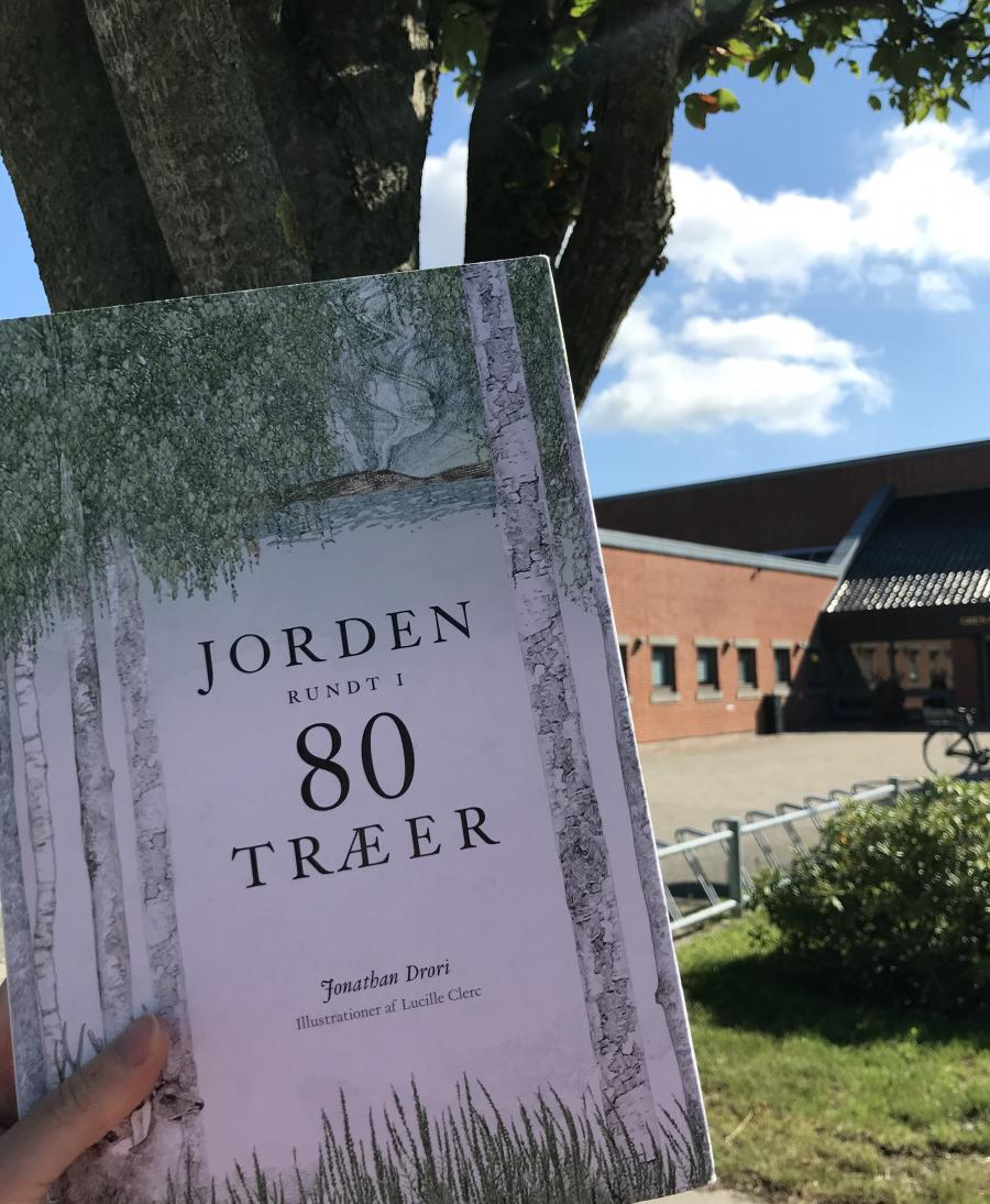 """Bogforside """"Jorden rundt i 80 træer"""" af Jonathan Drori"""