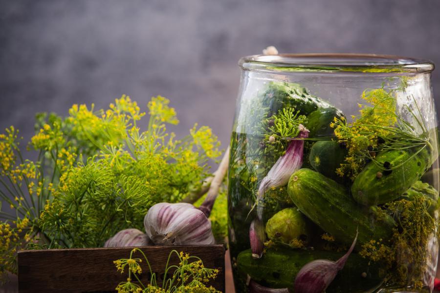 Syltede agurker i et glas
