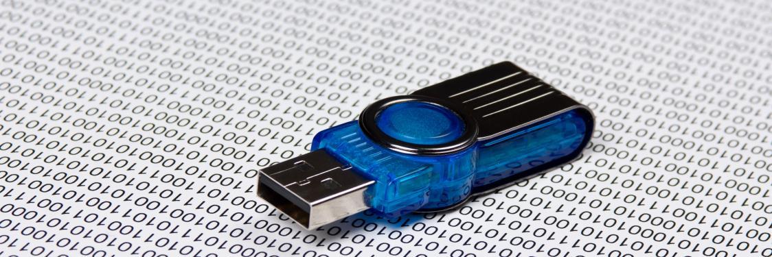USB stick der ligger på et bord